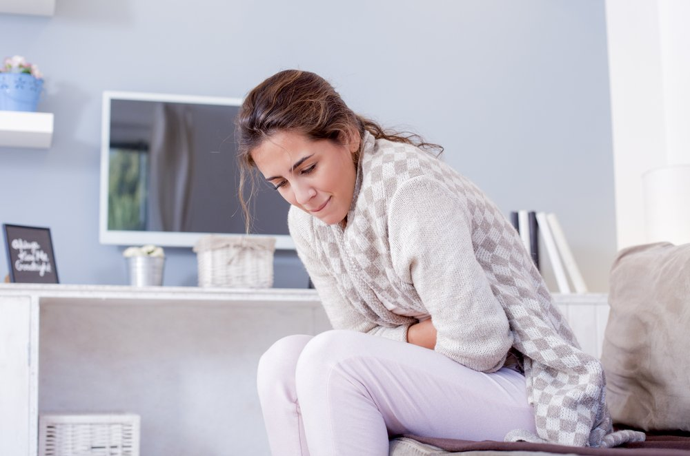 Девушка страдает от боли в животе