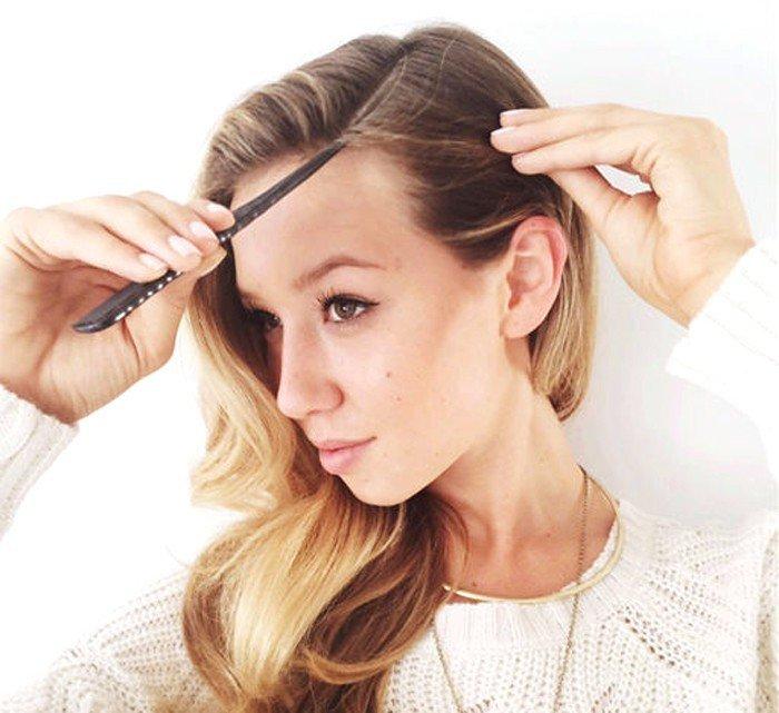 Девушка делает пробор на волосах