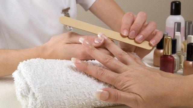 Обработка нарощенных ногтей с помощью пилки