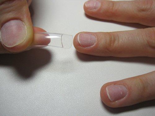 Прикладывание типса к ногтю