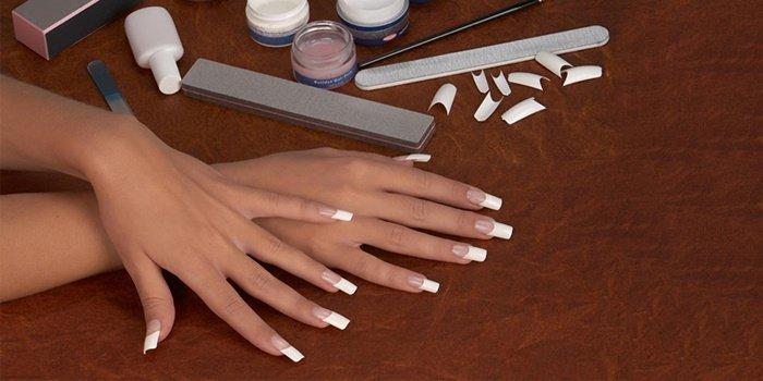 Результат наращивания ногтей на типсах на руках девушки