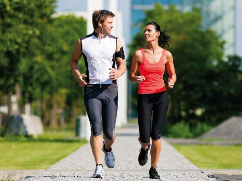 Мужчина и женщина совершают пробежку