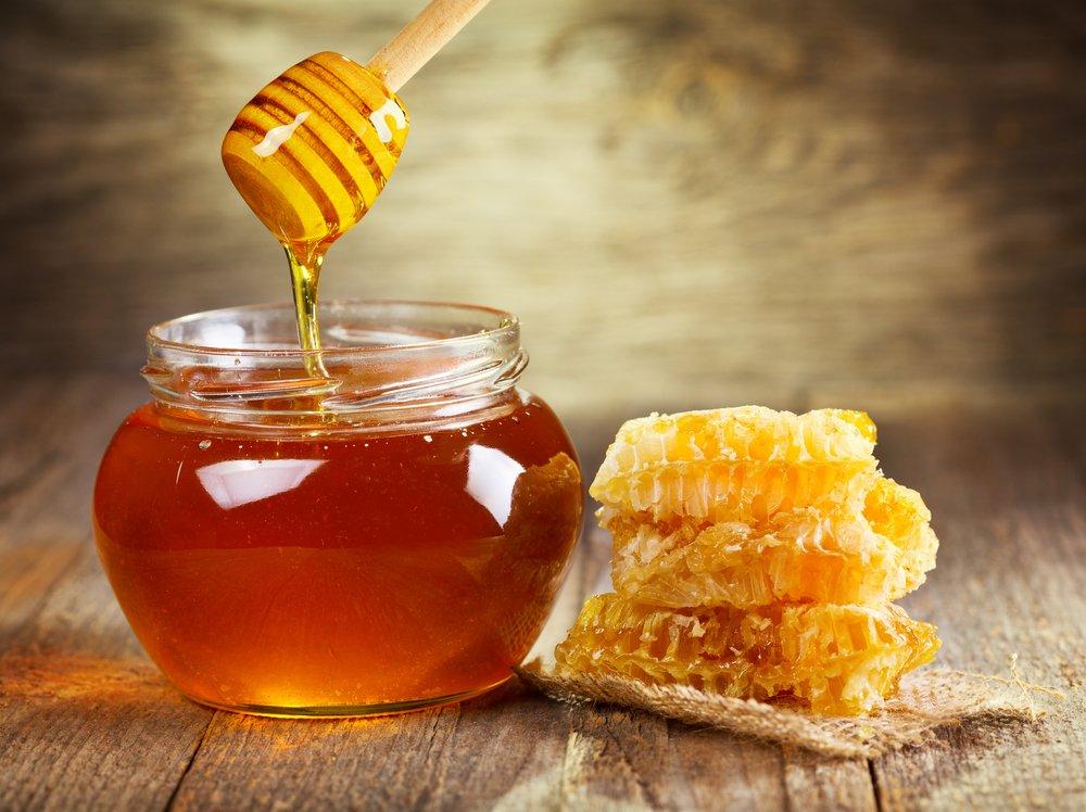 Мёд в банке, палочка и соты