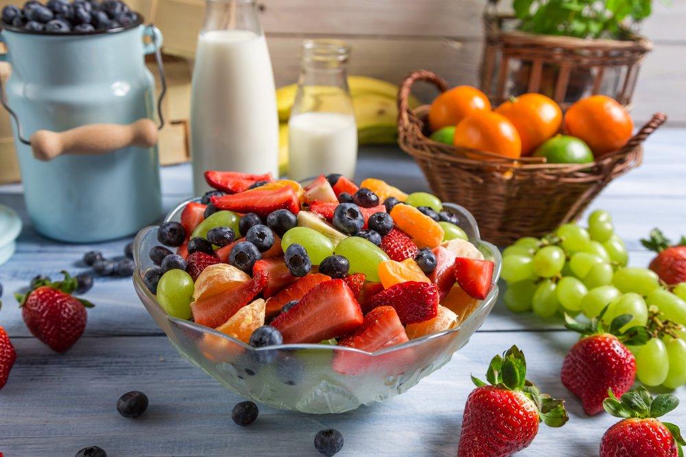 Фрукты и ягоды в прозрачной тарелке