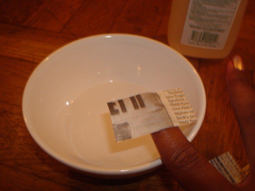 Кусочек газеты на пальце