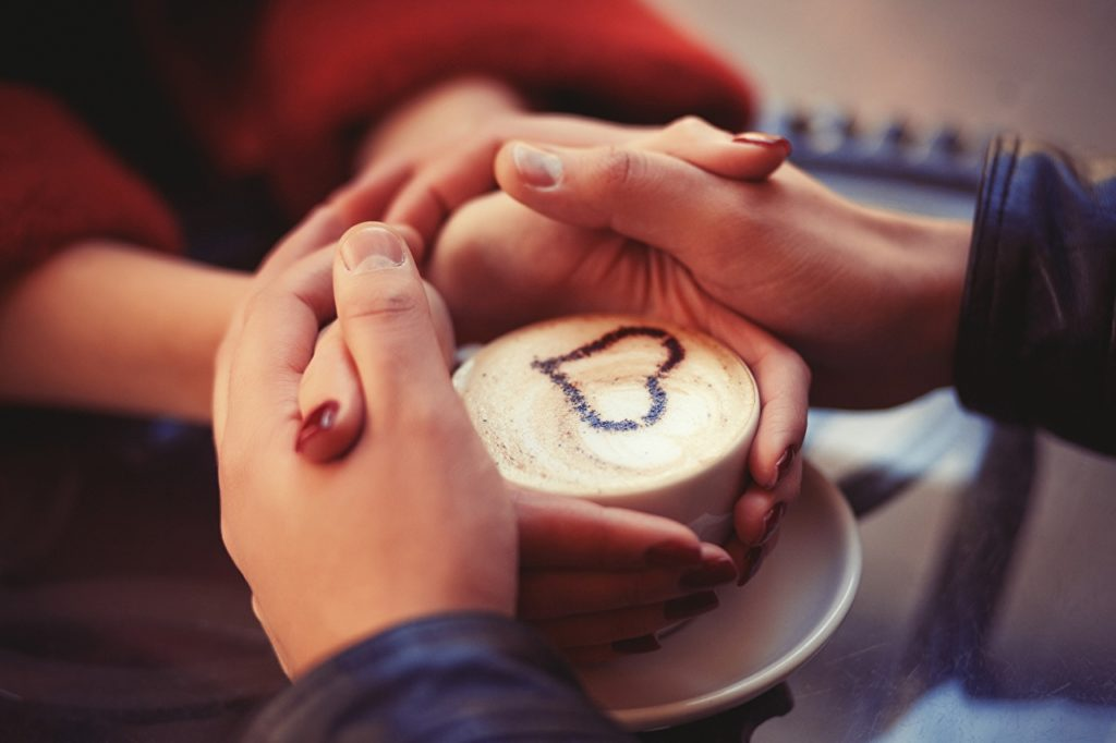 Влюблённые держат руки друг друга