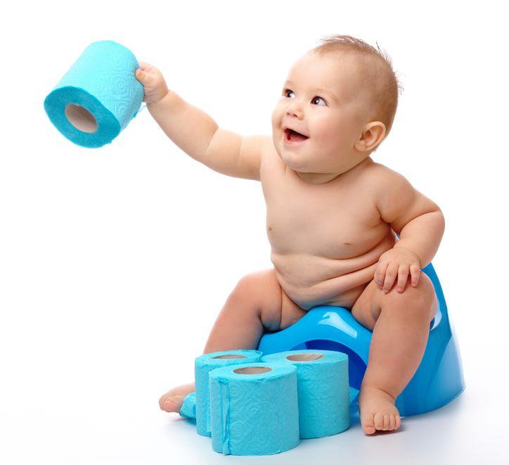 Голый малыш на синем горшке протягивает рулон синей туалетной бумаги
