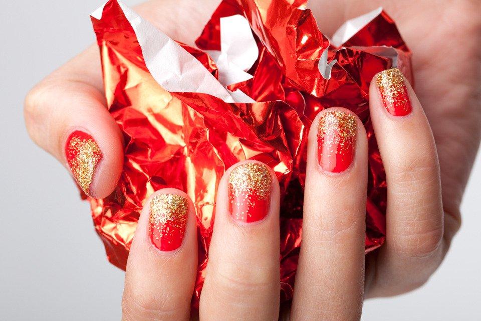Маникюр по фэншуй, выполненный красным лаком и золотыми блёстками