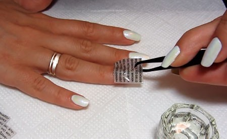 Удаление газетного прямоугольника с ногтя
